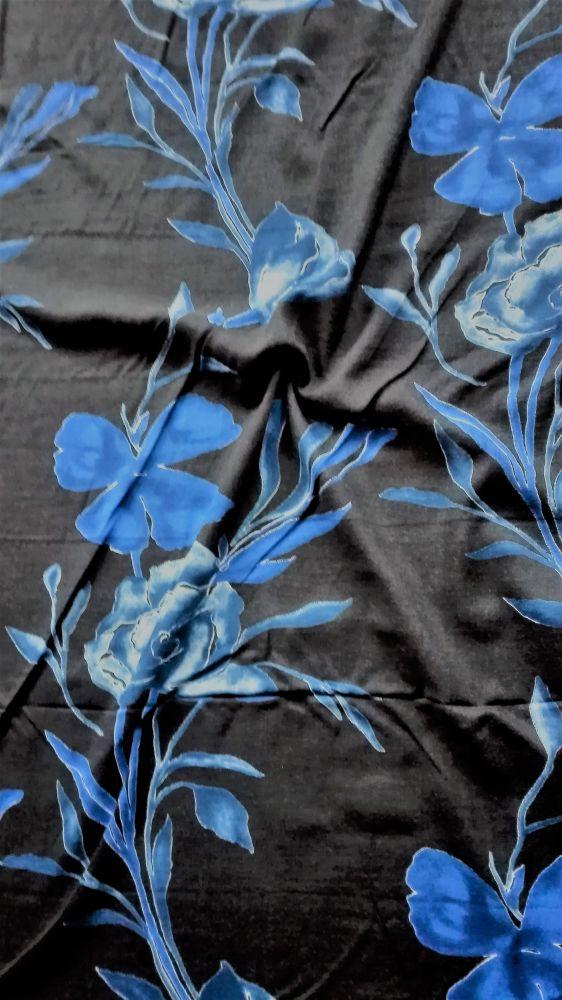 Viskozová šatovka s potiskem modré květy na černé