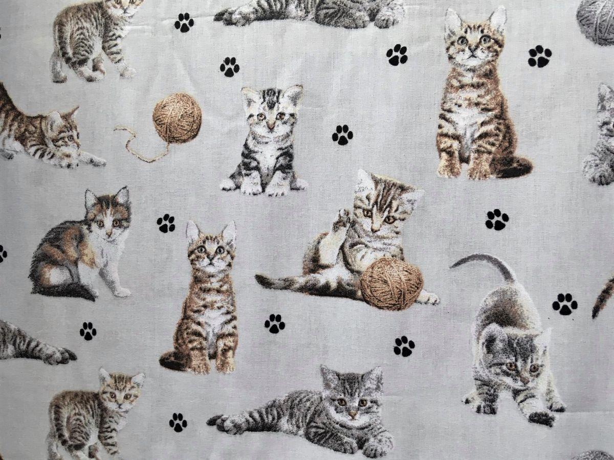Plátno s potiskem kočičky s klubíčky na světle šedé
